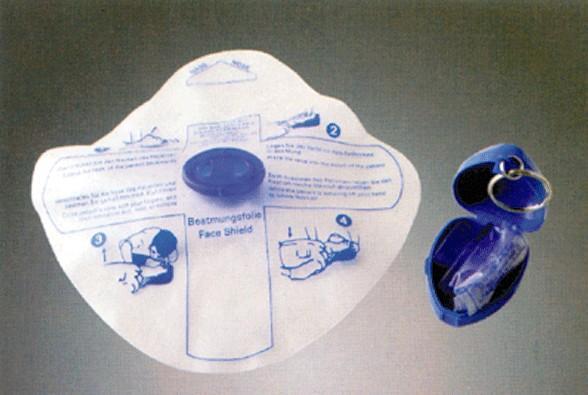 挂件式现场人工呼吸屏障面罩该产品可以进行现场急救人工呼吸面罩,同时也可作为心肺复苏培训训练使用。面膜柔软可更换,挂件式设计携带方便。